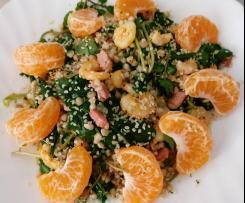 Salada de trigo sarraceno com bacon, camarão, agrião e laranja