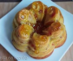 bundt de pêssego e papaia com calda de compota de laranja