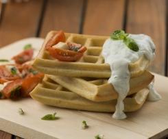 Waffles salgados com molho de iogurte e ervas aromáticas