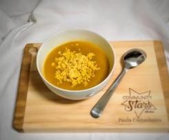 Sopa de abóbora, curgete e cenoura com ovo