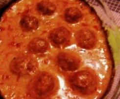 Almondegas com molho de tomate e bechamel