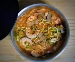 Peru com camarões e esparguete de courgete