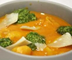Tortelinni em Sopa de Tomate com Pesto