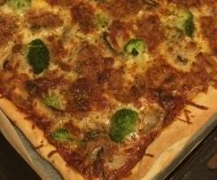 Pizza de alheira com brócolos e cogumelos