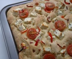 Focaccia com queijo feta, tomate e peperoni
