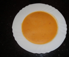 Sopa de tomate com ovo