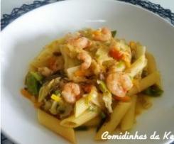 Penne com vegetais e camarão