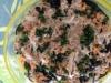 Espaguete negro com atum em molho de caril e lima