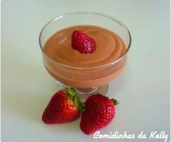 Mousse de chocolate preto e morangos