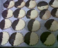 Bolachas de manteiga banhadas em chocolate