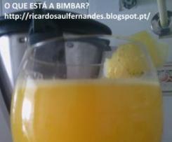 Néctar de laranja, corn flakes e maçã.