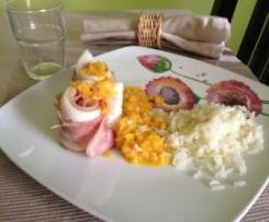 Filetes de maruca envoltos em bacon, com molho de cenoura