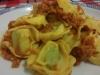 Massas Tortellinni  de ricota e espinafres com molho de tomate e atum