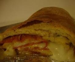 Pizza enrolada com salpicão e queijo