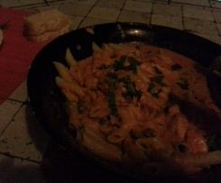 Massa Penne com salmão e legumes, com creme de tomate e coco - SEM GLÚTEN, SEM LATICÍNIOS
