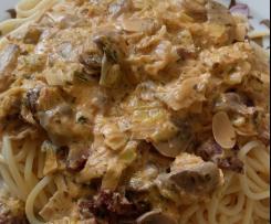 Tagliatelle com alho francês, chouriço e cogumelos