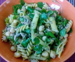 Salada de massa com grão e curgete