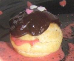 Profiteroles de frutos vermelhos e cobertura de chocolate com pimenta