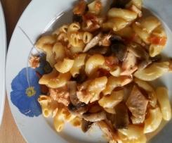 Cotovelinhos com cogumelos salteados e peixe grelhado