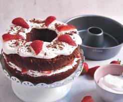 Bolo de Chocolate cozido a vapor com chantilly e morangos