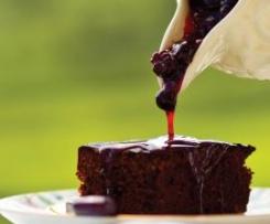 Brownie com nozes e molho de frutos silvestres