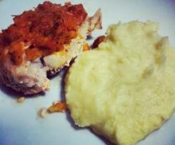 Peito de frango recheado, com crosta de tomate e puré de batata