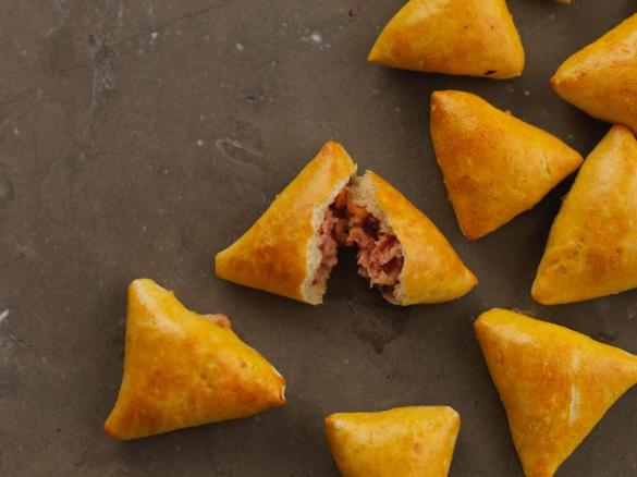 Triângulos recheados com queijo e fiambre