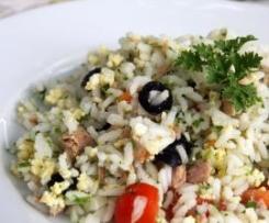 Salada de arroz com ovos e atum