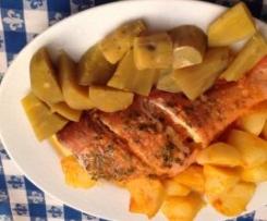 Redfish a vapor com batatas e molho de tomate