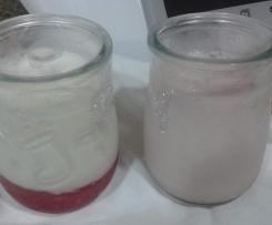iogurtes de framboesa e de morango