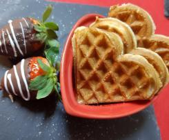 Waffles com mel, morangos e chocolate