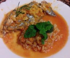 Peixe-espada regado em laranja e tomate e arroz de cenoura